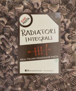 Dobre sveže polnozrnate domače testenine v obliki Radiatori iz Rawpasta