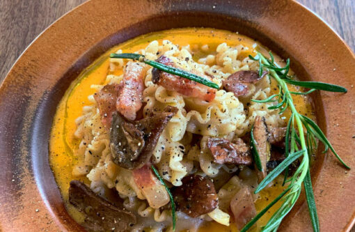 Dobra Recept za sveže testenine s kremno omako iz bučk jurčkov in guanciale Rawpasta