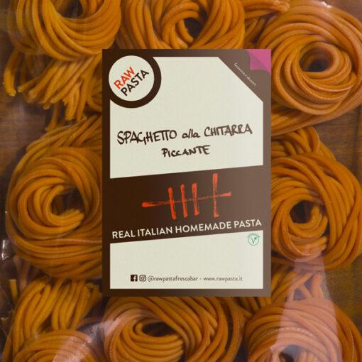 Dobre sveže domače testenine z okosum v obliki Pikantni špageti na kitaro iz Rawpasta