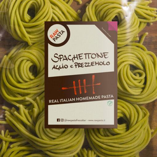 Dobre sveže testenine z okosum v obliki Debeli špageti s česnom in peteršiljem iz Rawpasta Ljubljana