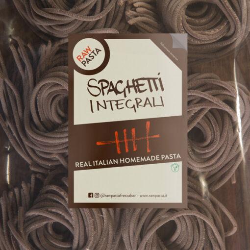 Dobre sveže polnozrnate domače testenine v obliki debeli špageti iz Rawpasta