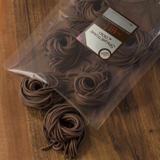 Dobre sveže testenine z okosum v obliki kakavovi debeli špageti iz Raw Pasta Ljubliana