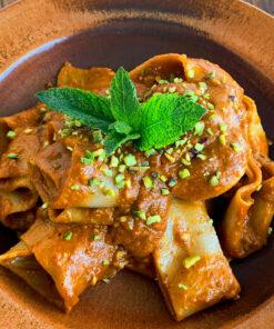 Un piatto di gustose Pappardelle di semola di grano duro con il pesto rosso. Una gustosa e facile ricetta di Rawpasta