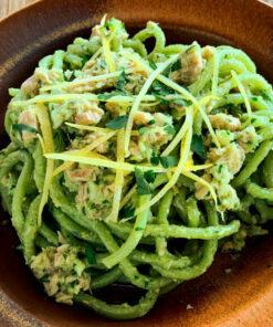 Un piatto di spaghettoni aglio e prezzemolo secondo la ricetta al sugo di Tonno e Zenzero