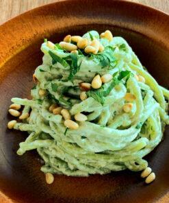 Un piatto di spaghetti aglio e prezzemolo cucinati secondo la buona e saporita ricetta per la pasta fresca con il Baccalà Mantecato di Rawpasta Ljubljana