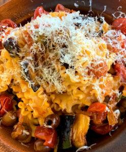 Un gustoso piatto di Reginette fresche cucinate seguendo la ricetta con il sugo alla Siciliana di Rawpasta Ljubljana