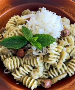 Un piatto di buonissimi Fusilli freschi in Crema di Melanzane Olive e Capperi. Rawpasta Ljubljana